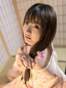 和服少女娇羞半露香肩