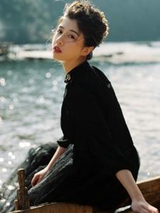 河边美女红唇妩媚写真