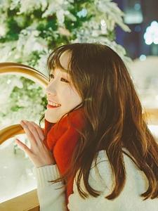 喜庆美女笑容甜美