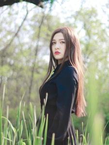 黑衣长发红唇美女丛林写真