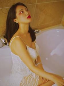 寂寞美女浴室诱惑