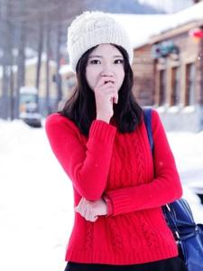 雪地里红衣美女自在嬉戏