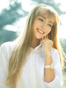 阳光下白衬衫美女笑容灿烂