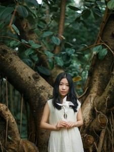 纯白美女森林嬉戏