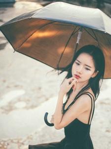 雨天黑衣美女天台慵懒写真