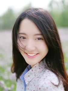 笑容甜美少女徜徉花海