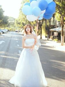 清新美女婚紗街上放飛氣球