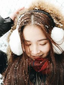 大雪纷飞清新美女雪地嬉戏