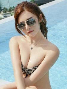 大胸墨镜美女木木泳池比基尼的豹纹诱惑