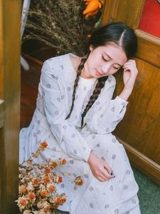 双马尾可爱女生咖啡馆度过的安静下午时光