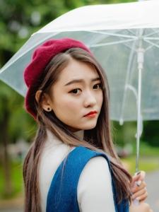 清纯可爱气质少女雨中漫步