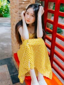 清新长发中分美女清纯可爱笑容灿烂