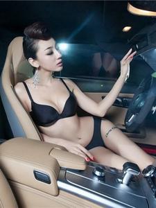 性感美女模特李美妍车内黑色比基尼露沟写真
