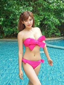 嫩模程小烦泳池性感粉色蝴蝶结比基尼诱惑