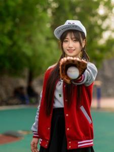 青春阳光校园女生操场棒球吸人眼球