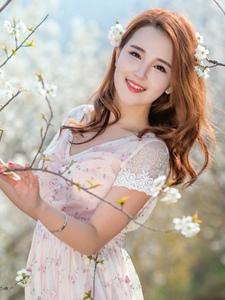 樱花树下的甜美妹子碎花长裙美丽动人