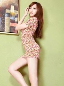 甜美长腿碎花裙美女Lucy展示各种美妙姿态