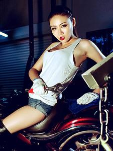 哈雷重机摩托车狂野模特野性十足
