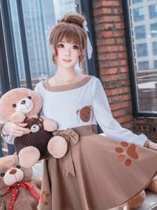 大眼洋娃娃女生熊玩偶堆里的甜美可爱