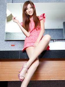 洗手台上的甜美少女Vicni粉色长裙美腿诱惑