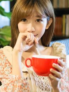 美女陈潇清甜的咖啡感受冬季暖洋洋的味道