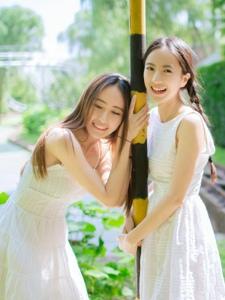 双色姐妹花麻花辫小白裙美好友谊