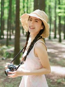 清新养眼美女森林户外甜美热爱摄影