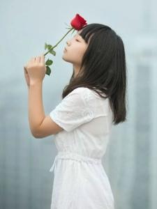 废弃天台上的素颜孤独少女
