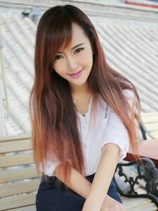 穿着白衬衫的干净女生甜美微笑治愈人心