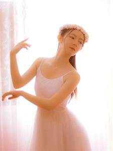 粉红娇嫩妹子吊带芭蕾舞甜美可人