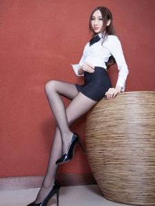 Miki职业装黑色包臀裙黑丝美腿魅惑