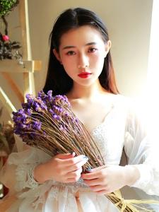 高颜值洋娃娃女生养眼白纱温婉迷人写真