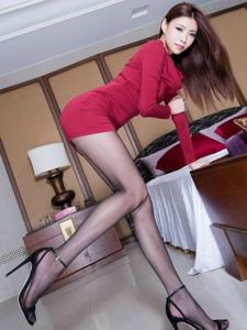 腿模Zoey粉紅色短裙黑絲翹臀性感美腿