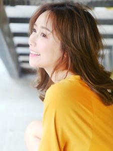 韩系轻熟美女色彩美艳动人