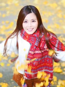 可爱清新少女枫树林下漫步青春