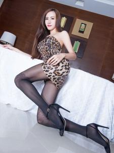 台湾腿模dora豹纹裙黑色丝袜美腿高跟
