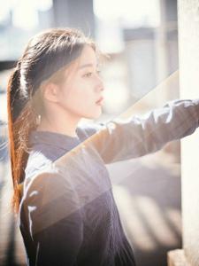 文艺女青年马尾温婉天台黑裙温暖写真