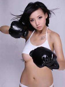 气质模特依依的大尺度拳击运动写真