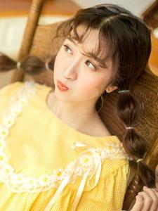清新靓丽少女黄色明艳动人吸人眼球
