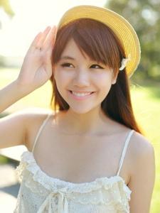 清纯森系少女聆听夏之森林里的甜美声响