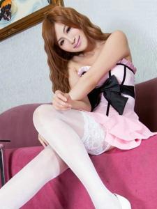 白色丝袜甜美的粉裙少女Vicni私房靓丽写真
