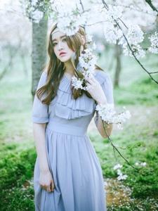长发美女樱花树下轻纱长裙意境写真
