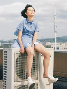 短发时尚随性女孩天台自由写真