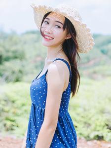 清纯美女吊带长裙野外写真活力俏皮