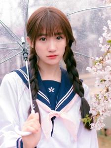 粉嫩学生妹雨中清澈眼神甜美动人