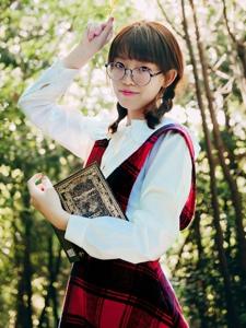 森林里的眼镜可爱红格子裙少女清新自然