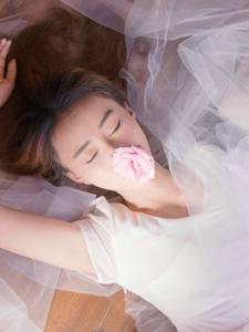 气质轻熟女私房薄纱遮面昏黄美