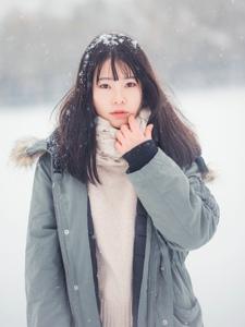 校园美女下雪天里纯白干净柔美意境写真