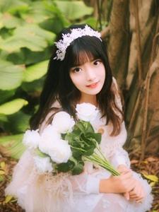 森林内的甜美白色长裙少女清新自然
