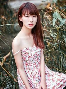 清纯美女野外湿身吊带裙孤独迷人